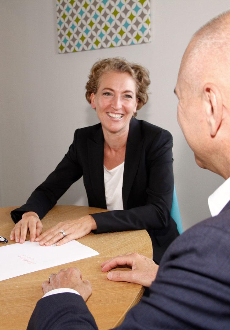 Gespräch einer Marketingberaterin mit einem IT-Consultant zum Thema Marketing für Berater